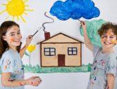 Дети на фоне рисунка