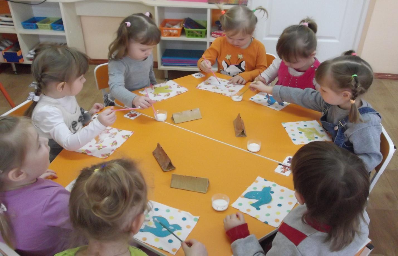 Аппликация в первой и второй младшей группе детского сада: тематика занятий и методика проведения