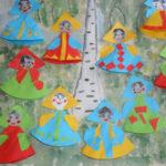 Бумажные куклы-оригами в национальных костюмах, на фоне берёзы
