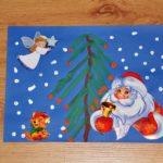 Дед Мороз, ангелочек и мишка — аппликация, ёлка нарисована ватными палочками, синий фон