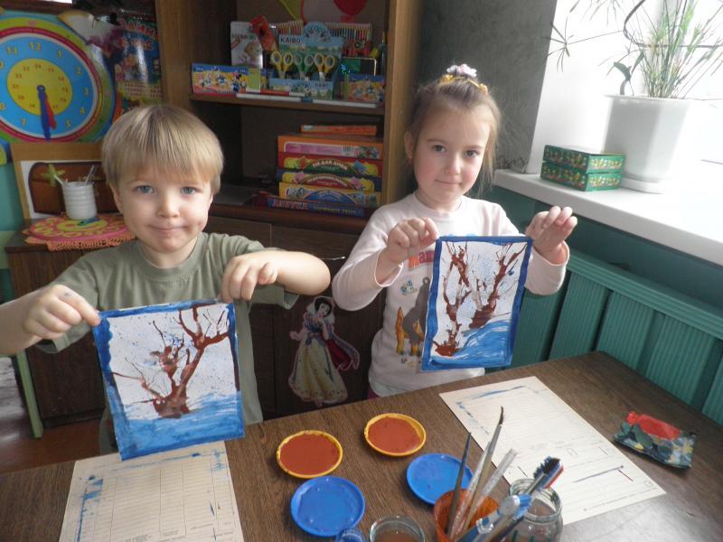 Дети рисуют деревья