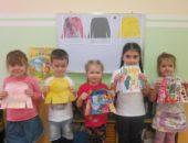 Дети с рисунками свитеров