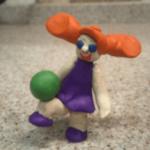 Девочка играет в мяч