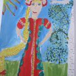 Девочка в красном платье на фоне поляны с берёзой справа