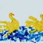 Два жёлтых лебедя ладошками в синем водоёме