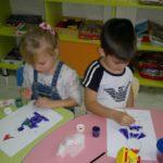 2. Дети рисуют гномом