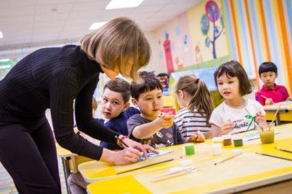 Дети с воспитателем на уроке рисования
