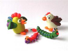 Курочка, петушок и гусеницы из пластилина