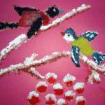 Изображение снегиря и синички на заснеженнгй ветке