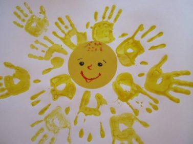 Солнце, нарисованное ладошками