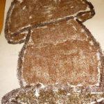 Гриб из манки, покрашенной в коричневый цвет