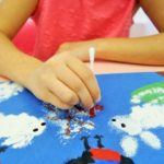 Ребёнок рисует ватными палочками