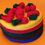Пирожное с ягодами из пластилина