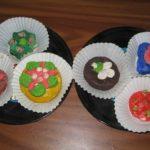 Пирожные в корзиночках пластилиновые