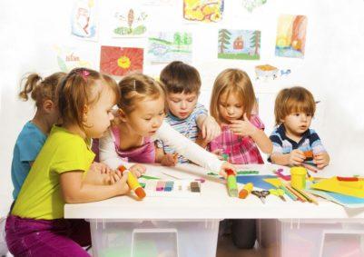 дети изготавливают аппликацию
