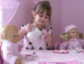 девочка угощает кукол