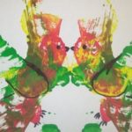 Две зеркальных птички на основе пятен краски