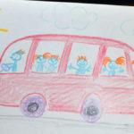 Рисунок «Прогулка на автобусе» (едет красный автобус с рыжеволосыми пассажирами, сверху небо, солнце и облака)