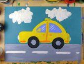 Жёлтая машинка едет по дороге, по обе стороны рисунка акварель и гуашь